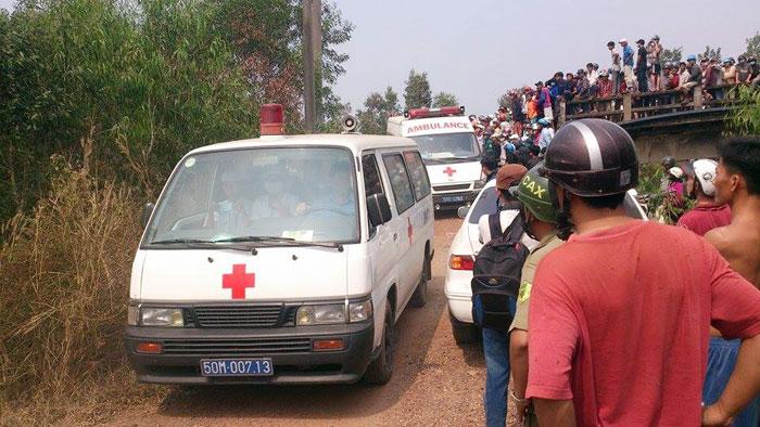 Xe cứu thương đưa thi thể các nạn nhân rời hiện trường