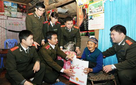 Tuổi trẻ Công an thăm hỏi, động viên và tặng quà gia đình chính sách