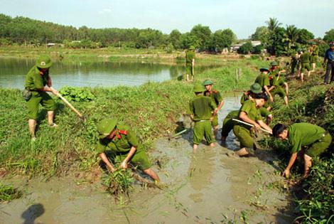 Cán bộ, chiến sĩ Công an thực hiện 3 cùng với dân