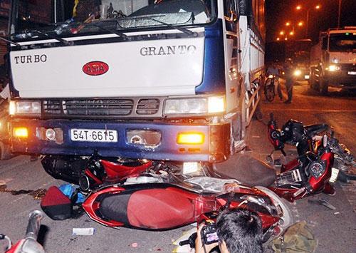 Xe tải 'lùa' xe 4 máy dừng đèn đỏ, 1 người tử vong - Ảnh 1