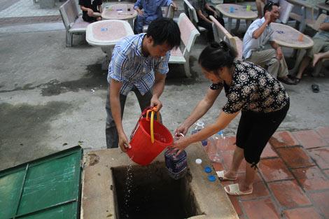 Tận dụng tất cả đồ dùng có thể chứa và đựng được nước để lấy nước từ bể chứa nước.