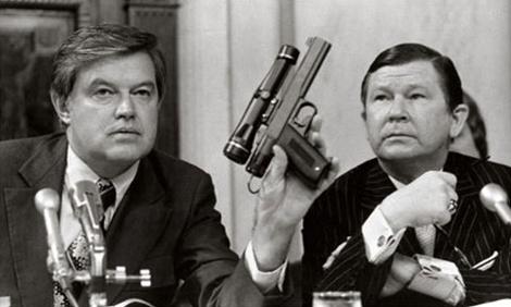 Charles Senseney (bìa trái) tại phiên điều trần Hội đồng Tình báo Quốc gia  Mỹ năm 1975.