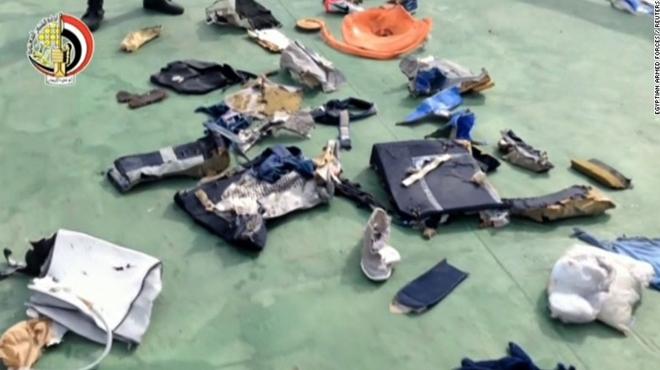 Khói trên máy bay Ai Cập bị rơi có thể do bom gây ra
