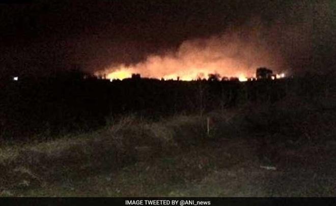Nổ kho vũ khí lớn nhất Ấn Độ, 17 người tử vong