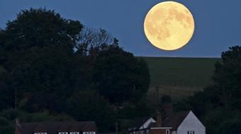 Ngắm 'mặt trăng xanh' trên toàn thế giới