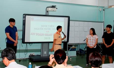 Tuyên truyền Luật Giao thông đường bộ cho sinh viên là người nước ngoài