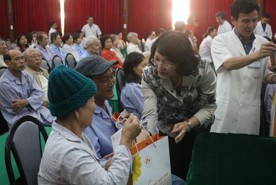 Phó Chủ tịch nước thăm và tặng quà Tết cho bệnh nhân ung thư