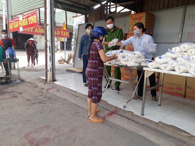 Phát hơn 10.000 suất ăn và quà cho người gặp khó khăn mùa dịch COVID-19 - Ảnh minh hoạ 3