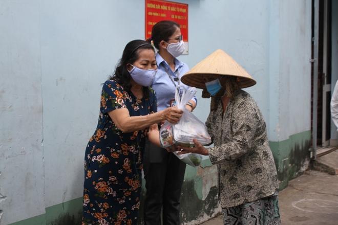 Phát hơn 10.000 suất ăn và quà cho người gặp khó khăn mùa dịch COVID-19 - Ảnh minh hoạ 9