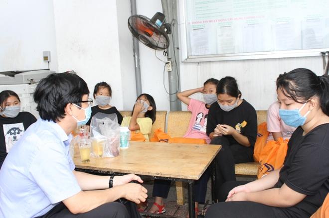 Phát hơn 10.000 suất ăn và quà cho người gặp khó khăn mùa dịch COVID-19 - Ảnh minh hoạ 8