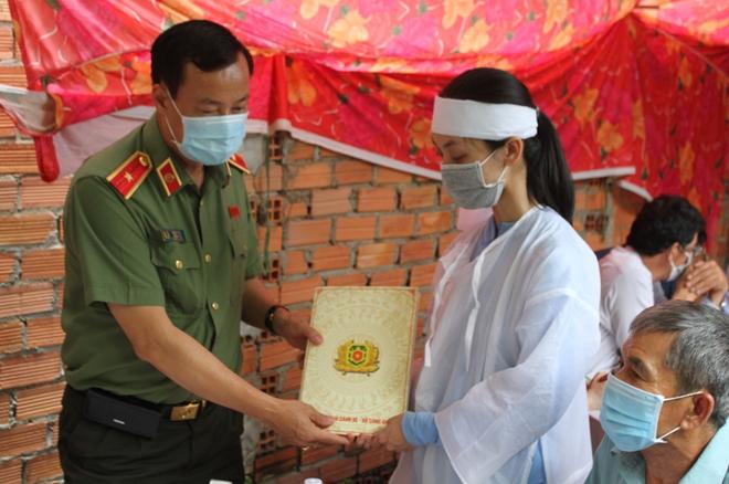 Thứ trưởng Lê Tấn Tới viếng Phó trưởng Công an xã hy sinh