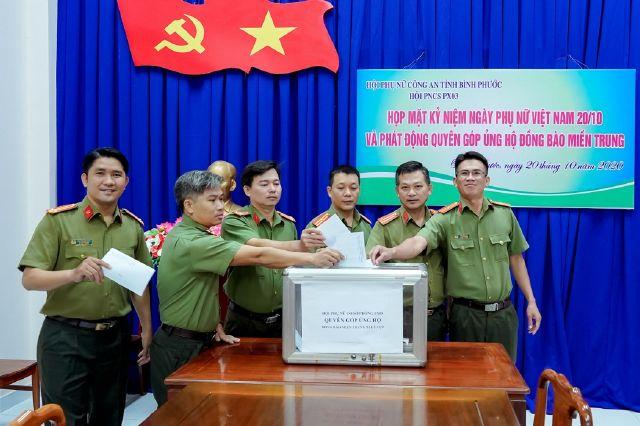 Công an Bình Phước ủng hộ tiền và gói bánh tét gửi đồng bào miền Trung - Ảnh minh hoạ 5