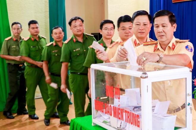 Công an Bình Phước ủng hộ tiền và gói bánh tét gửi đồng bào miền Trung - Ảnh minh hoạ 2