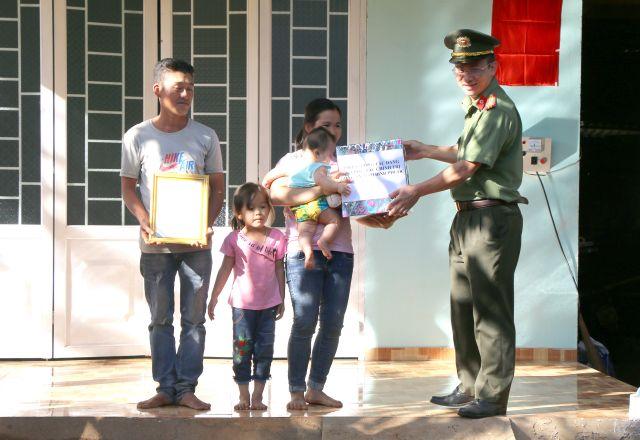 Công an Bình Phước trao tặng nhà tình thương tại huyện Bù Gia Mập