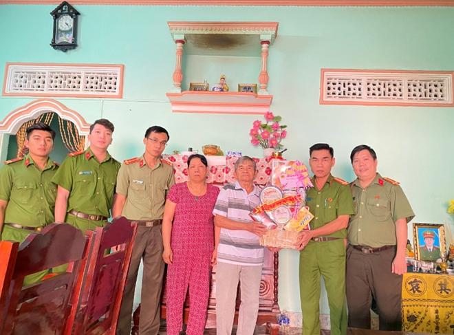 Thăm và tặng quà gia đình nguyên Phó trưởng Công an xã hy sinh