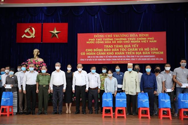 Phó Thủ tướng Thường trực Trương Hòa Bình tặng quà Tết cho đồng bào Chăm