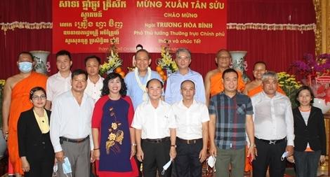 Phó Thủ tướng Thường trực thăm hỏi, tặng quà Tết tại chùa Chăn Ta Răng Sây