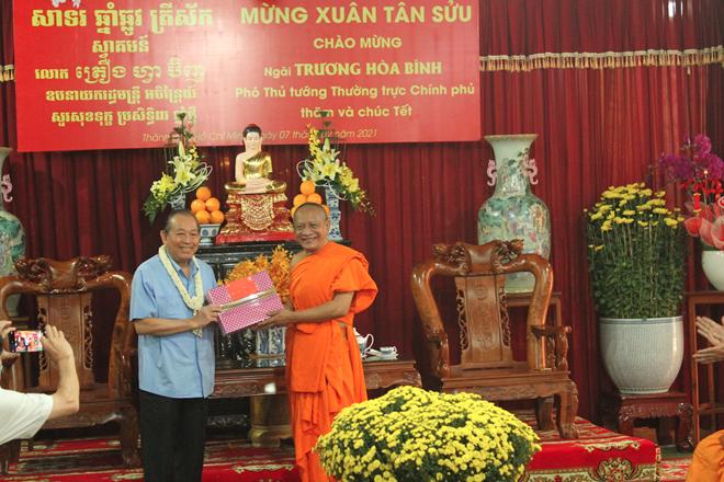 thumb 660 137080e5 8a7d 4653 be92 3fc94ca10be7.07.38%20CH   Phó Thủ tướng Thường trực thăm hỏi, tặng quà Tết tại chùa Chăn Ta Răng Sây