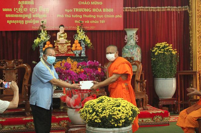 thumb 660 fb10cd41 cc78 4471 b218 85548df892ee.07.05%20CH   Phó Thủ tướng Thường trực thăm hỏi, tặng quà Tết tại chùa Chăn Ta Răng Sây