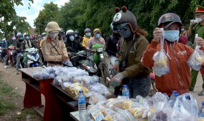 Công an Bình Phước hỗ trợ người dân Tây Nguyên về quê - Ảnh minh hoạ 4