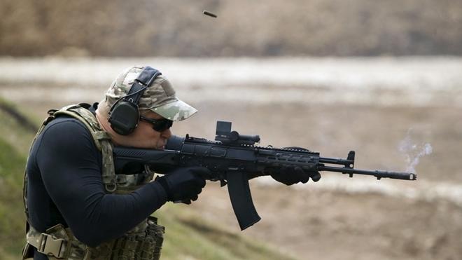 Binh sĩ Nga đang thử nghiệm súng trường AK-15. Ảnh: Thông tấn Reuters
