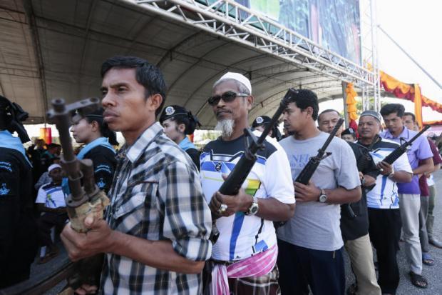 Gần 300 người Hồi giáo từng tham gia hoạt động nổi dậy ở miền Nam Thái Lan đã giao nộp vũ khí cho nhà nước tại Quân khu 4 hôm 3-2. Ảnh: Báo Bưu điện Bangkok