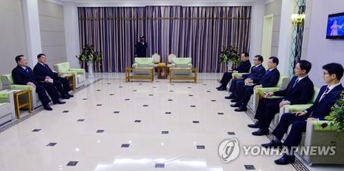 2 quan chức cấp cao CHDCND Triều Tiên (trái) tiếp đón phái đoàn Hàn Quốc đến thăm Bình Nhưỡng, trước khi gặp lãnh đạo Kim Jong-un
