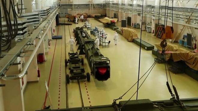 Các kỹ sư khoa học quân sự Nga kiểm tra Buverestnik trước khi thử nghiệm.Ảnh: TASS
