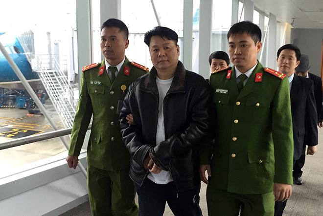 Lực lượng Công an Việt Nam dẫn giải đối tượng truy nã Nguyễn Xuân Đại (đối tượng mặc áo đen ở giữa hàng đầu ảnh) tại sân bay quốc tế Nội Bài.