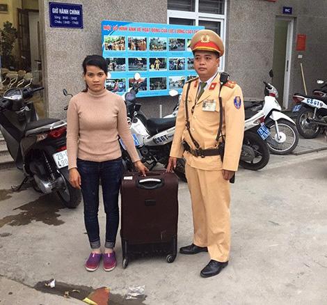 CSGT Hà Nội giúp cô gái tìm đường về với gia đình2