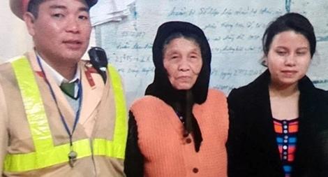 CSGT giúp cụ bà bị lạc về với gia đình