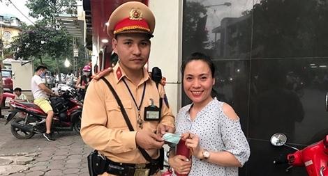 Rút tiền quên lấy thẻ ATM, người phụ nữ được chiến sĩ CSGT tìm trả lại