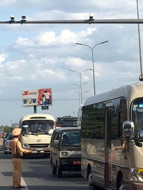Cảnh sát giao thông trầm mình trong nắng 40 độ C - Ảnh minh hoạ 5