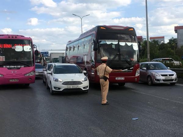 Cảnh sát giao thông trầm mình trong nắng 40 độ C - Ảnh minh hoạ 3
