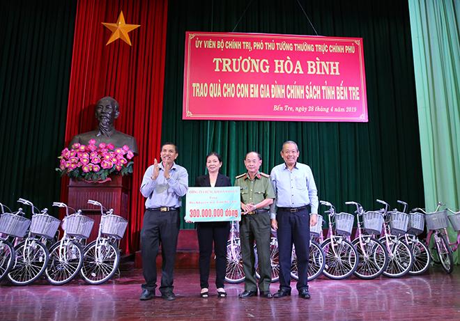 Phó Thủ tướng Thường trực trao quà cho gia đình chính sách, học sinh nghèo hiếu học - Ảnh minh hoạ 3