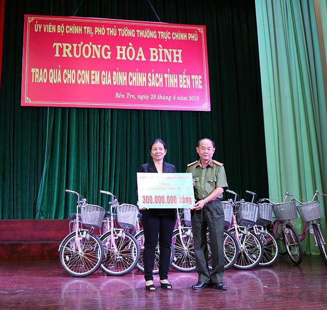 Phó Thủ tướng Thường trực trao quà cho gia đình chính sách, học sinh nghèo hiếu học - Ảnh minh hoạ 4