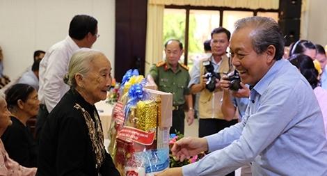 Phó Thủ tướng Thường trực trao quà cho gia đình chính sách, học sinh nghèo hiếu học