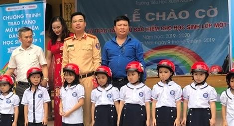 CSGT tặng mũ bảo hiểm cho học sinh ở thị trấn Xuân Mai, Hà Nội