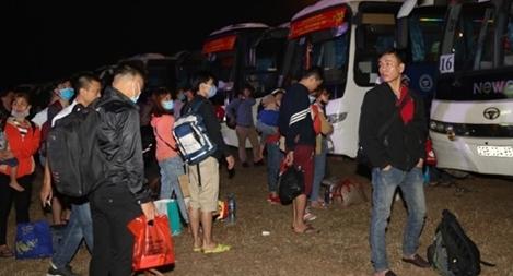 Ấm áp những chuyến xe đưa công nhân về quê đón Tết