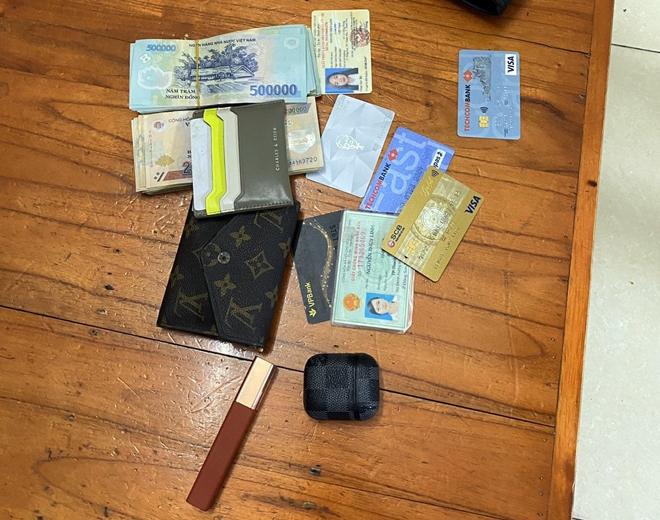 Tìm lại được số tiền lớn, cô gái vui mừng cảm ơn CSGT Thủ đô - 1