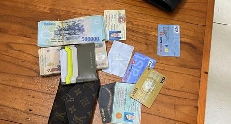 Tìm lại được số tiền lớn, cô gái vui mừng cám ơn CSGT Thủ đô
