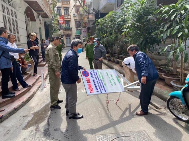 Hà Nội: Dỡ bỏ barie trái phép tại ngõ 121 Thái Hà