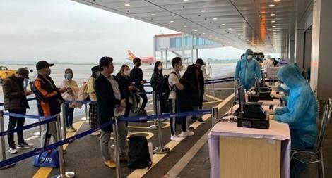 Trắng đêm làm thủ tục tiếp nhận 5 chuyến bay từ Hàn Quốc về Vân Đồn, Cần Thơ