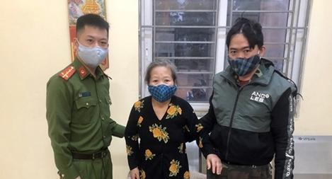Công an giúp đỡ bà cụ bị lạc hơn 30km tìm lại người thân