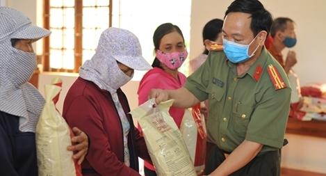 Báo CAND chung tay chăm lo người nghèo, cùng phòng, chống dịch