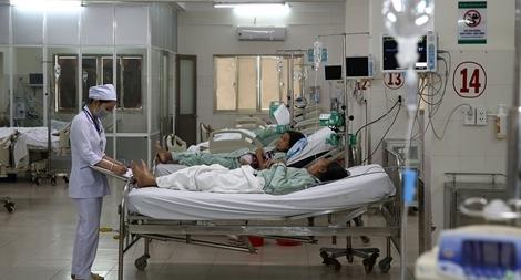 """""""Nữ quái"""" đánh nhân viên bệnh viện rồi…cắn tay cán bộ Công an"""