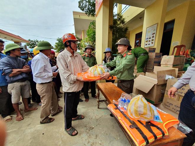 Hơn 1.000 phần quà đến với người dân vùng lũ Quảng Bình - Ảnh minh hoạ 8