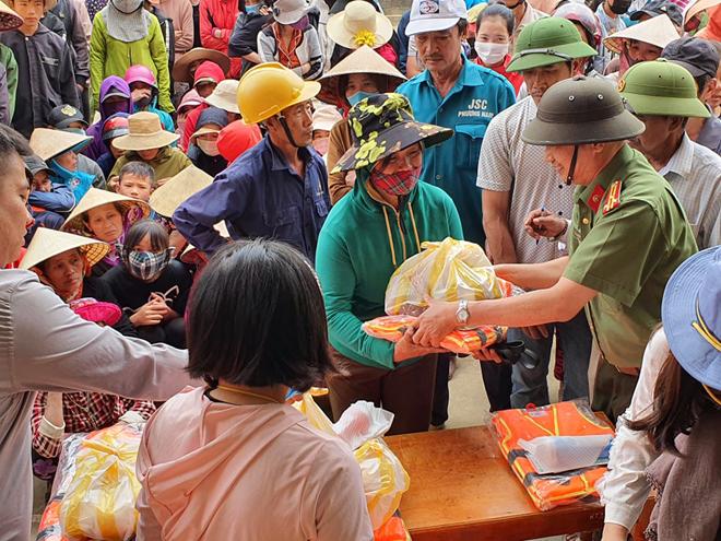 Hơn 1.000 phần quà đến với người dân vùng lũ Quảng Bình - Ảnh minh hoạ 7