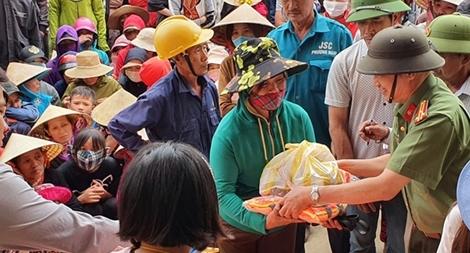 Hơn 1.000 phần quà đến với người dân vùng lũ Quảng Bình