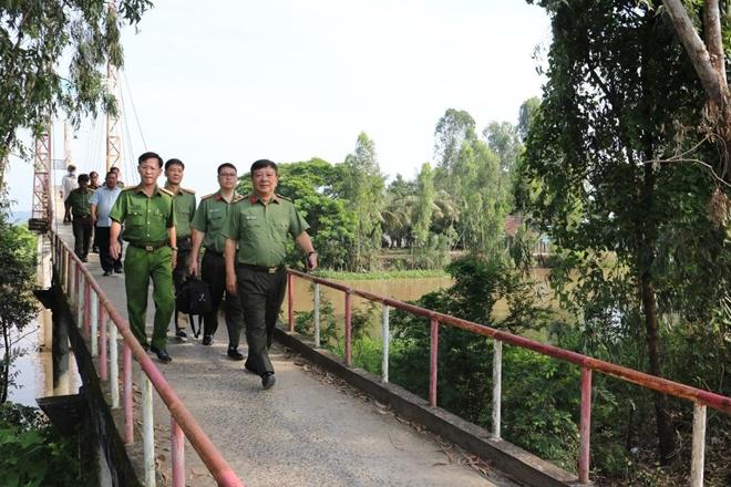Giám đốc CA Kiên Giang thăm, tặng quà CBCS trực chốt phòng, chống dịch COVID-19 - Ảnh minh hoạ 2